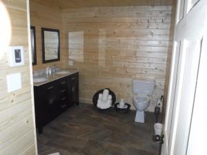 Salle de toilette avec accès à mobilité réduite
