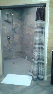 Salle de toilette et douche #2 Immense douche style roll-over (pour mobilité réduite)